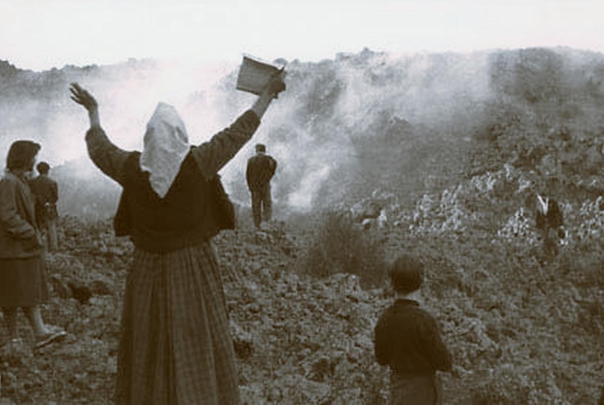 Eruzione 1950 a Milo, Jana col libro di preghiere (ph. Salvatore Tomarchio)